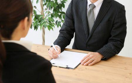 書類を記入する男性の写真
