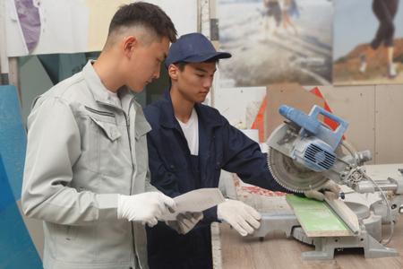 作業する外国人労働者